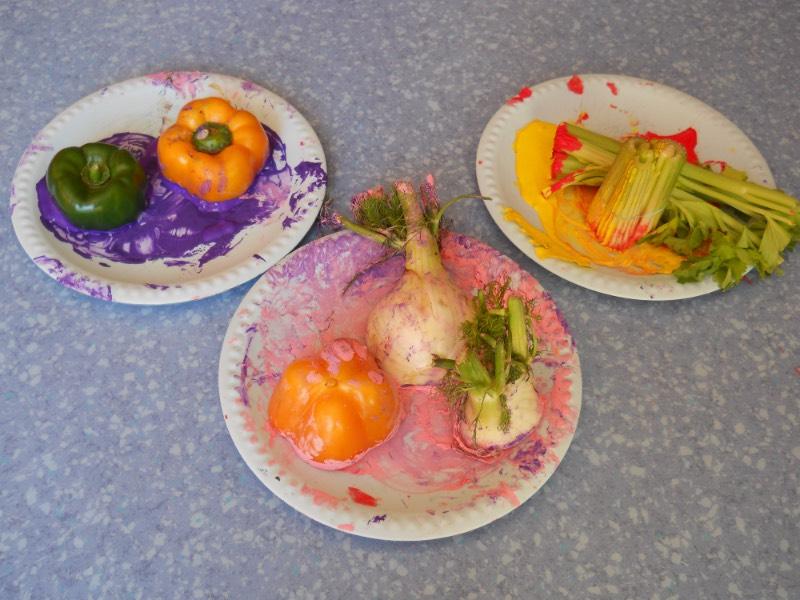 Attività di pittura con la verdura